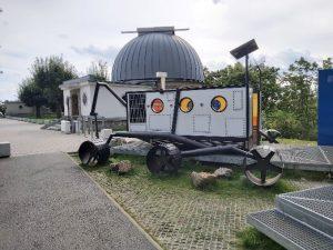 Etwas das aussieht wie ein Marsroboter und in einem Park steht, der allem Anschein nach an ein Planetarium grenzt – sicher bin ich mir aber nicht.