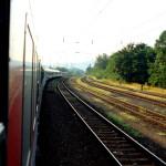 Ein Zug fährt auf dem Gleis Richtung Budapest.