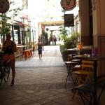 Passage mit bunten Stühlen und Cafés in Budapest