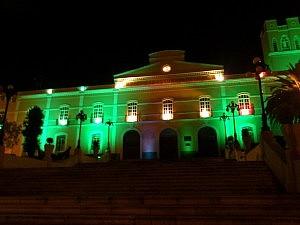 das historische Universitätsgebäude bei Nacht