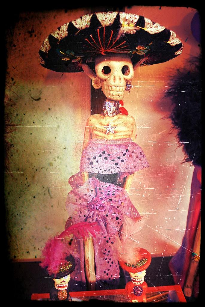 Morbides Mexiko Kaum ein Land hat so eine spezielle, bunte und lebendige Beziehung zum Tod. Schaurig schön lächelt uns diese Mariachi Dame an, sodass wir uns denken, ach ihr scheint es auch im Tod gut zu gehen! Und so soll es bei den verstobenen Verwandten nämlich auch sein! Am día de los muertos, dem Tag der Toten errichtet man daher für die Verstorbenen Altare, die man mit bunten Blumen schmückt und alle Sachen bereitstellt, die dem Toten im Leben gefallen haben. Das kann eine Flasche Tequila, ein Musikinstrument, ein Foto oder eine Zigarre sein. Jedenfalls wird sich hier ehrlich und authentisch an den Toten erinnert und man möchte ihm eine Freude machen, wenn sein Geist uns Anfang November besucht.