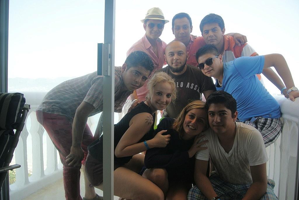 eines der schönsten Gruppenfotos auf dem ich je Teil sein durfte! Unsere verrükte Reise nach Acapulco mit zwei Autos über Nacht und einem gemieteten Apartment im 15.Stock mit Pool und Meerblick werde ich nie vergessen! Danke Jungs und danke EEEvaaa :) (prononciacion du walle ;) )