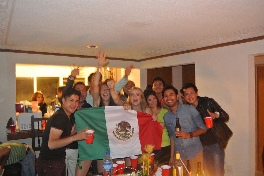 Abschied nehmen fällt schwer... das Positive an diesem Bild: eine der besten Ideen, die ich je hatte: Eine Mexiko-Flagge zu kaufen und die Freunde darum bitten sich zu verewigen:) also dabei sind echt unvergessliche Sprüche bei rumgekommen...