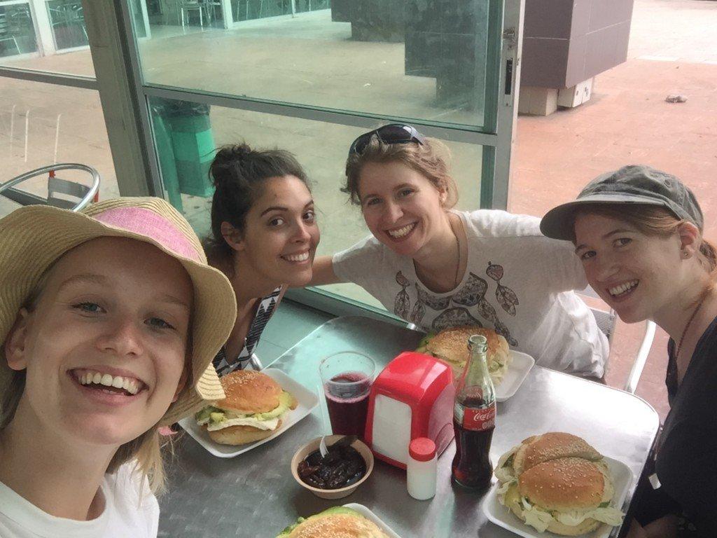4 Mädchen mit 4 großen Rucksäcken durch Mexiko