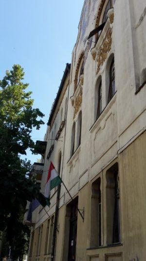 Der Eingang des Ságvári Gymnasiums in Szeged