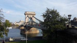 """Die ,,Széchenyi lánchíd"""" ist eine der Brücken die Buda und Pest verbindet"""
