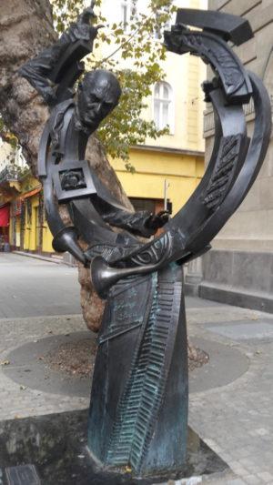 Dieses Kunstwerk befand sich vor der Universität für Musik.