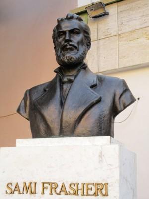 Sami Frashëri ist der Namensgeber der Schule (für mehr Infos: https://de.wikipedia.org/wiki/Sami_Frash%C3%ABri)