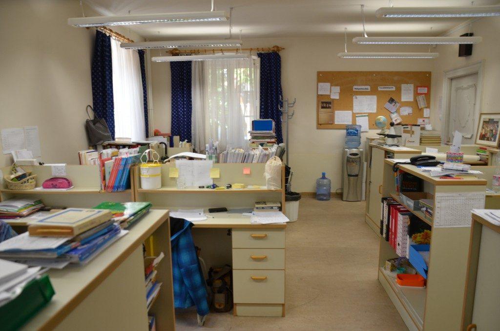 Das Lehrerzimmer, im Vordergrund mein Schreibtisch